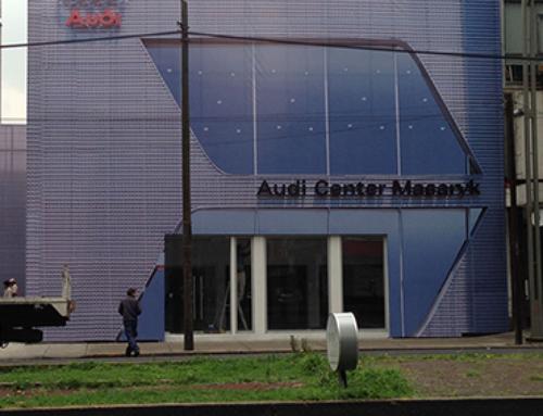 Fabricación de Estructura e Instalación de Lona en Fachada Audi